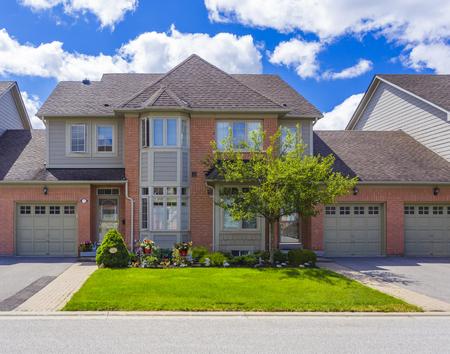 Casa de lujo a medida en los suburbios de Toronto, Canadá. Foto de archivo