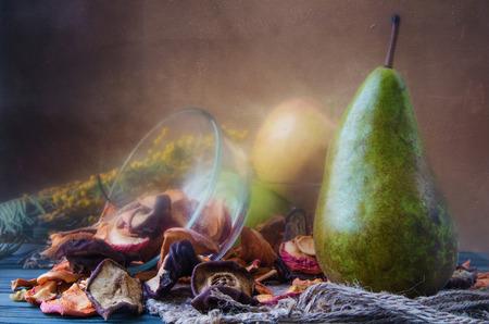 사과와 배나무 말린 과일과 함께 아직도 인생 철저한 검사