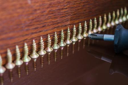 ferreteria: accesorios para muebles. Un conector de mobiliario para montaje de muebles.
