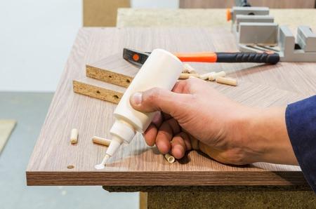 Kleben und Montage von Möbeln auf den Holzstifte Standard-Bild - 69012632