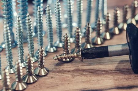 número de tornillos en el fondo de madera