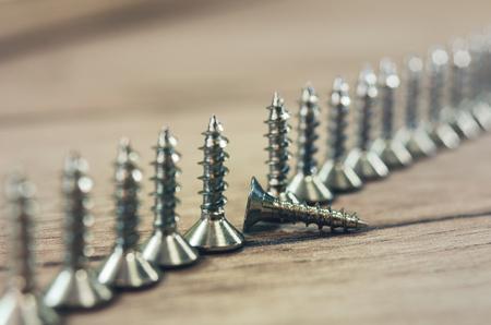 número de tornillos en el fondo de madera Foto de archivo