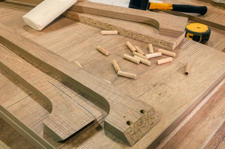Primer plano de taller de carpintería, procesos de trabajo, herramientas y piezas de trabajo