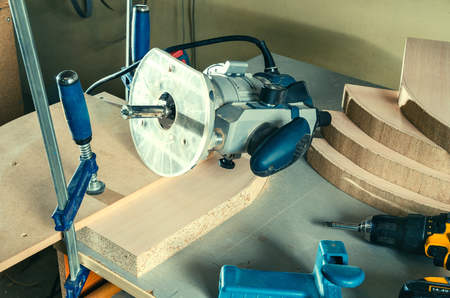 Manual milling machine for processing wooden parts