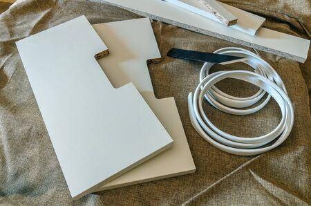 Der Tischler verarbeitet die Rohlinge zur Herstellung von Möbeln. PVC-Enden spalten Standard-Bild