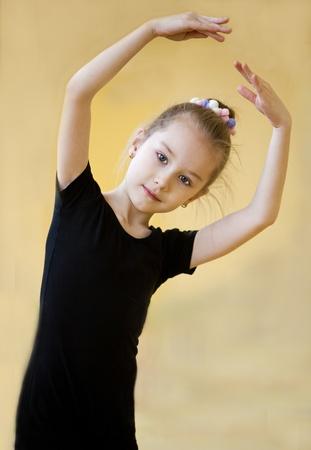 niños bailando: joven gimnasta haciendo ejercicio Foto de archivo