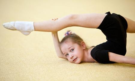 acrobacia: joven gimnasta haciendo ejercicio Foto de archivo