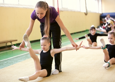 gimnasia ritmica: La joven gimnasta con el entrenador Foto de archivo
