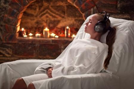 music therapy: ni�a recibe tratamiento en un sanatorio por la inhalaci�n de las cuevas de sal y escuchar m�sica Foto de archivo