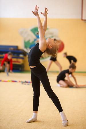 Niños en gimnasta deportivo jóvenes entrenan su cuerpo