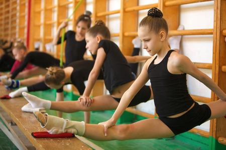 Kinder im Sport-junge Turner trainieren Sie Ihren Körper
