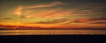 Fischer auf Solar-Hintergrund Meer Sonnenuntergang Standard-Bild