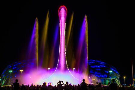 Licht-musikalische Darstellung eines Brunnens im Olympiapark von Sotschi Editorial