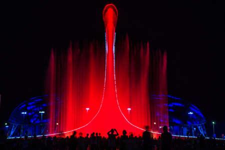 Licht-musikalische Darstellung eines Brunnens im Olympiapark von Sotschi Standard-Bild