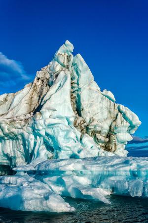 El iceberg flota en un oso de Bahía en la isla del Norte del archipiélago de Nueva Zembla en el océano Ártico Foto de archivo
