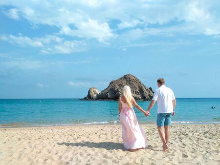 Verheiratetes Paar auf dem Ozean schauen in die Ferne.