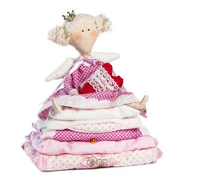 Prinzessin auf der Erbse die ein Herz auf weißem Hintergrund Standard-Bild - 18162264