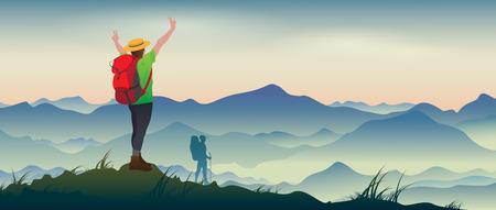 MOCHILA: La imagen real de turistas felices con mochilas en el fondo de un paisaje de montaña.