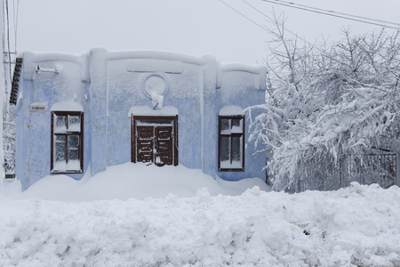 Photo of a winter cityscape. Old architecture under deep snowdrifts. Doors and windows. 版權商用圖片 - 94232795