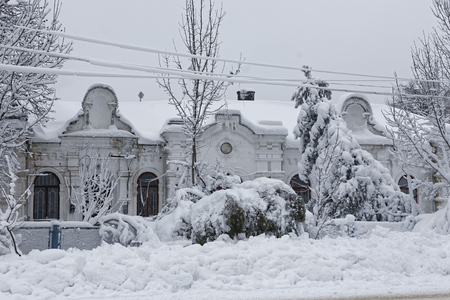 Photo of a winter cityscape. Old architecture under deep snowdrifts. Doors and windows. 版權商用圖片 - 94232796