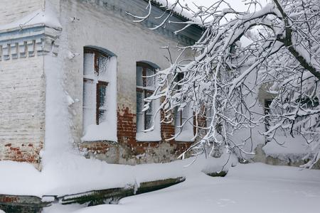 Foto eines Winterstadtbilds. Alte Architektur unter tiefen Schneeverwehungen. Türen und Fenster. Standard-Bild - 94252724