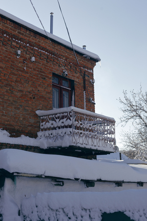 Photo of a winter cityscape. Old architecture under deep snowdrifts. Doors and windows. 版權商用圖片 - 94232802