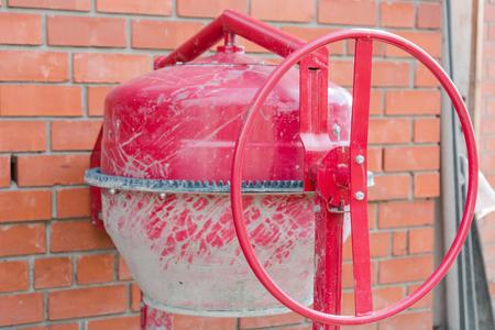 コンクリート ミキサー。赤いコンクリート ミキサー。コンクリートのバッチのデバイス。コンクリート用工業用デバイス。 写真素材