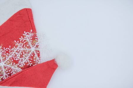 Christmas background. Santa Claus hat on a white background. Red Hat Archivio Fotografico - 135698850