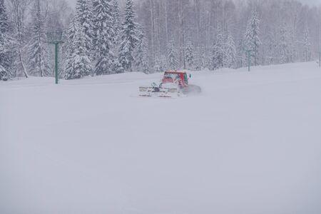 Level the ski slope. Technique for leveling the ski slope. Machine for leveling the snow slopes. Archivio Fotografico - 135780314