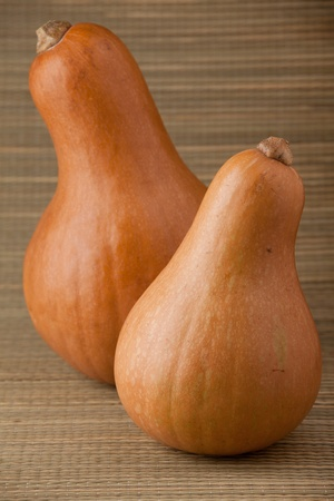 woven surface: Grupo de calabazas naranjas maduras en la rural de paja tejida fondo de superficie y stripy