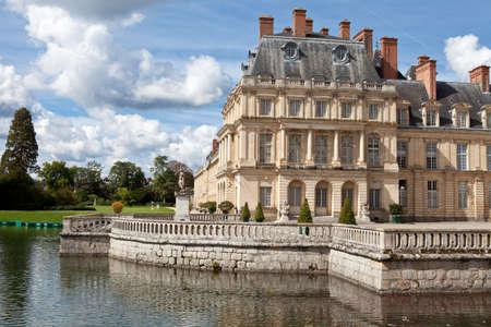 french renaissance: Castillo de caza real hito medieval Fontainbleau cerca de Par�s en Francia y el lago con cisnes blancos