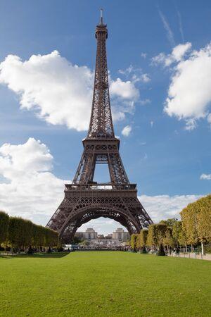 national landmark: Punto di riferimento nazionale europeo Torre Eiffel attraverso foglie degli alberi del parco in primavera in citt� Parigi Francia sullo sfondo blu cielo