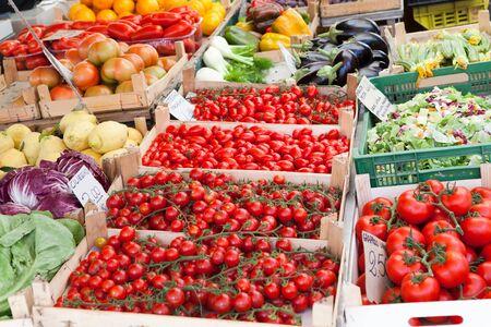 Arrangement von reifen frischem rohem Gemüse in Holzkisten auf offener Straße Bauernmarkt
