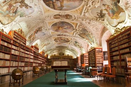 biblioteca: Biblioteca con libros antiguos, globos terr�queos antiguos, estanter�as, muebles en la Sala Teol�gica con la decoraci�n de estuco Monasterio de Strahov Rep�blica Checa Praga
