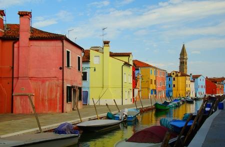 case colorate: Venezia punto di riferimento, Burano canale isola, case colorate e le barche, Italia