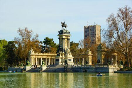 parque del buen retiro: Spring day in the Madrid park. Parque del Buen Retiro