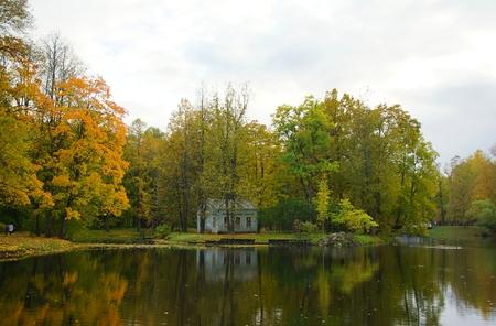 Kinderhaus und Kinderteich im Alexander Park in Tsarskoe Selo Standard-Bild - 89737287
