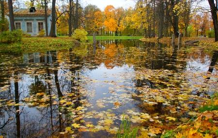Kinderhaus und Kinderteich im Alexander Park in Tsarskoe Selo Standard-Bild - 89802917