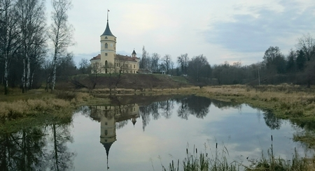 A gloomy November evening in Pavlovsk, Mariental Park and the fortress Pavel's Big Toy 에디토리얼