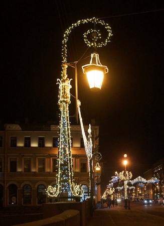 Weihnachtsdekoration der Stadt mit elektrisch leuchtenden Lichtern, Newski-Prospekt in St. Petersburg Standard-Bild