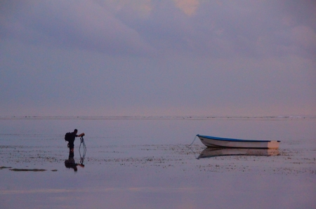 Early morning on the ocean, the photographer takes pictures of the boat standing