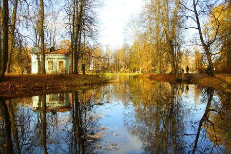 Autumn walk in Alexander Park in Tsarskoye Selo, Children's Island Foto de archivo