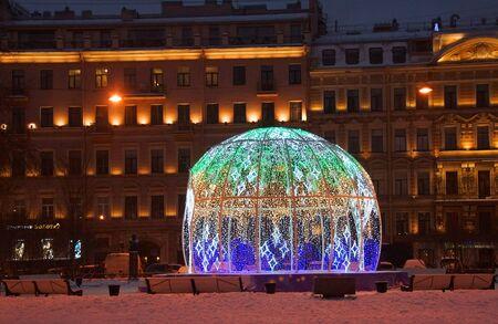 Spazieren Sie durch die für das neue Jahr dekorierte Nacht St. Petersburg, Manege-Platz
