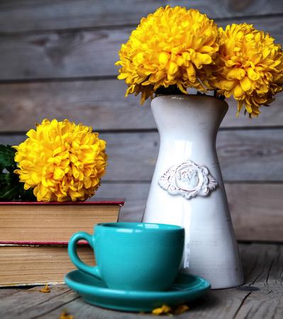 Fiori. Bella crisantemo giallo in un vaso d'epoca. Tazza di caffè. Luminoso Servais, tazza e piattino .. Bella la prima colazione.