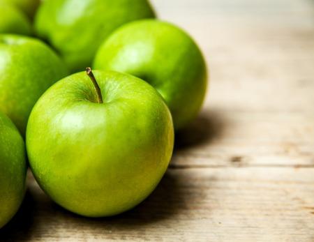 manzana verde: manzanas verdes sobre fondo de madera