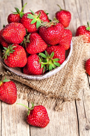 fresa: fruta. Fresas frescas en el fondo de madera vieja