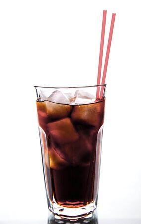 red tube: Cola in un bicchiere con ghiaccio con tubo rosso. bevande analcoliche