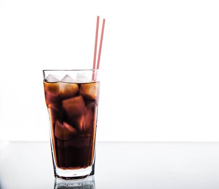 red tube: refresco en un vaso con hielo con tubo rojo. bebidas sin alcohol Foto de archivo