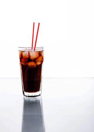 red tube: Cola en un vaso con hielo con tubo rojo. bebidas sin alcohol