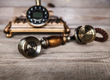 telefono antico: Vintage Telephone su un tavolo di legno vecchio Archivio Fotografico